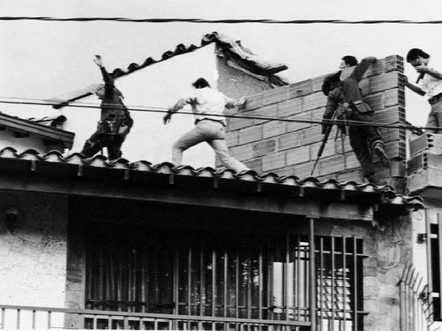 Спецназовцы выбили дверь и ворвались внутрь. В этот момент телохранитель Эскобара Эль Лимон открыл огонь по полицейским, пытавшимся штурмом взять дом. Эль Лимон был ранен и упал на землю. Сразу после этого, с пистолетом в руках, в это же окно высунулся сам Пабло Эскобар.