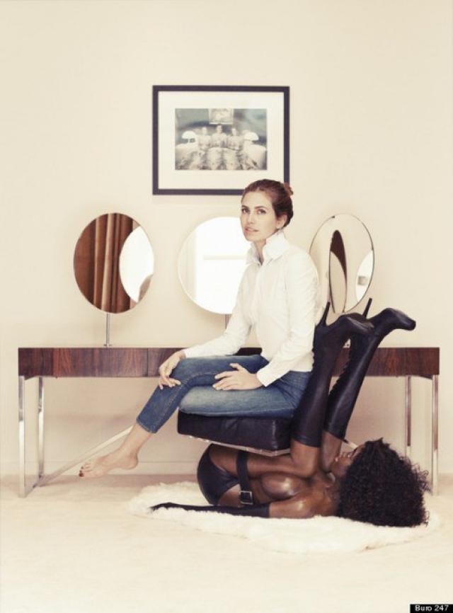В Интернет попала фотография, на которой девушка сидит на кресле, выполненном в виде чернокожей женщины в унизительной позе.