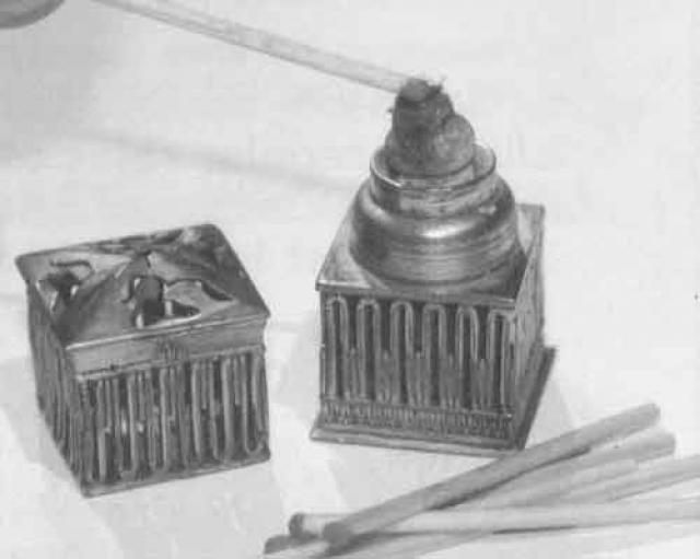 Спички. А вот спички были изобретены на 3 года позже. Их прототипом можно считать палочки, которыми люди пользовались издревле для растопки очага.
