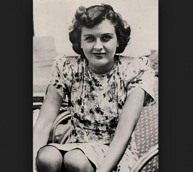 Ева училась в институте английских фрейлейн в Зимбахе, где изучала французский язык, машинопись, бухгалтерское дело и домоводство, закончив который в 17 лет устроилась продавщицей и рассыльной в фотоателье фотографа Генриха Гофмана. Проработав какое-то время там продавщицей, Ева освоила фотоаппарат и фотоискусство.