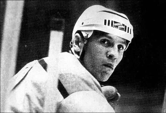 """Советские болельщики кричат: """"Шай-бу! Шай-бу!"""" как на хоккейных, так и на футбольных матчах. А началось это из-за того, что хоккеист Борис Майоров так хорошо играл и в футбол, что даже выходил на поле в матчах высшей лиги СССР за """"Спартак"""". Когда на футбольном поле мяч попадал к хоккеисту, болельщики начинали его подбадривать хоккейной кричалкой."""