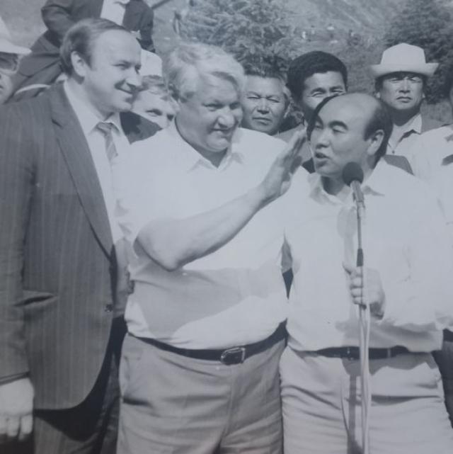 Первый президент России Борис Ельцин любил демонстрировать свое умение играть на ложках. Он делал это как в России, так и за рубежом. В 1992 году во время визита в Киргизию Ельцин использовал для игры на ложках голову киргизского президента Аскара Акаева.