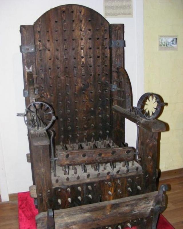Иногда под сиденьем устанавливался очаг, чтобы нагревать его снизу. Часто жертвы признавались в чем-либо, пока просто смотрели на пытаемую жертву на стуле.