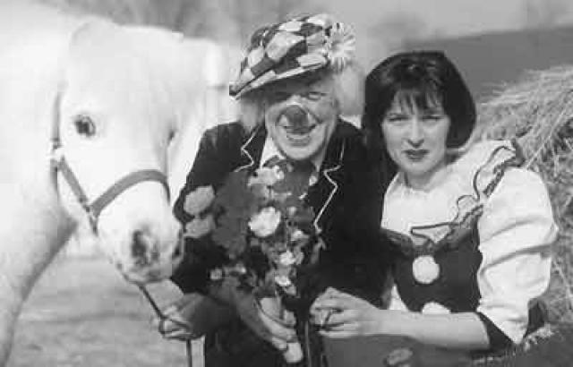 В 62 года клоун женился на 30-летней немке Габриэлле Леманн: в 1990 году будущая возлюбленная Попова приехала из Германии в Австрию на его выступление, подошла за автографом, а он попросил у нее телефон. Через два года пара поженилась.