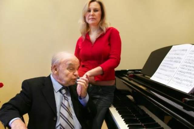 На момент знакомства в 1983 году будущей супруге известного композитора Светлане было всего 17, самому Шаинскому - уже 58