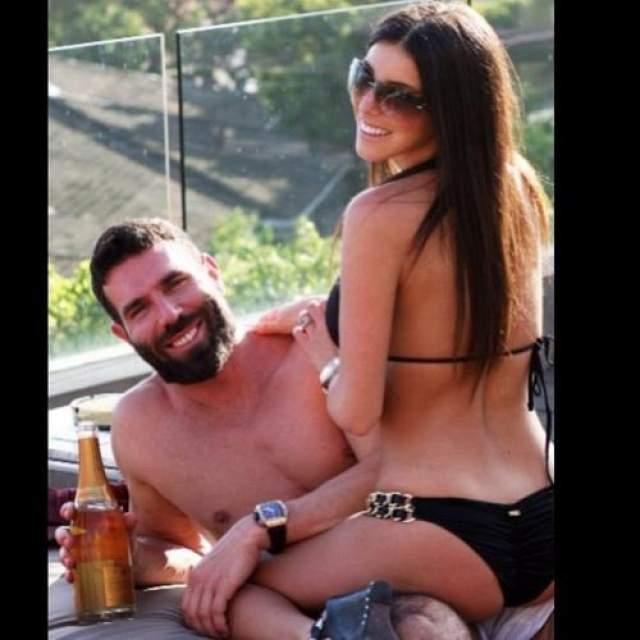 Во время одной из вечеринок Дэн Билзериан сбросил порнозвезду Дженис Гриффит в бассейн с высоты третьего этажа. Но, видимо, не рассчитал своих сил. В результате неудачного падения 19-летняя порнозвезда сломала ногу.