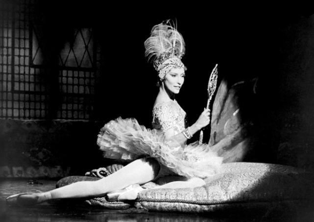 """А в декабре 1982 года состоялся дебют Макаровой в качестве драматической актрисы на Бродвее - специально для нее был возобновлен мюзикл Ричарда Роджерса с хореографией Джорджа Баланчина """"На пуантах"""". За главную роль танцовщицы Веры Бароновой в этом спектакле Макарова получила несколько престижных международных наград."""