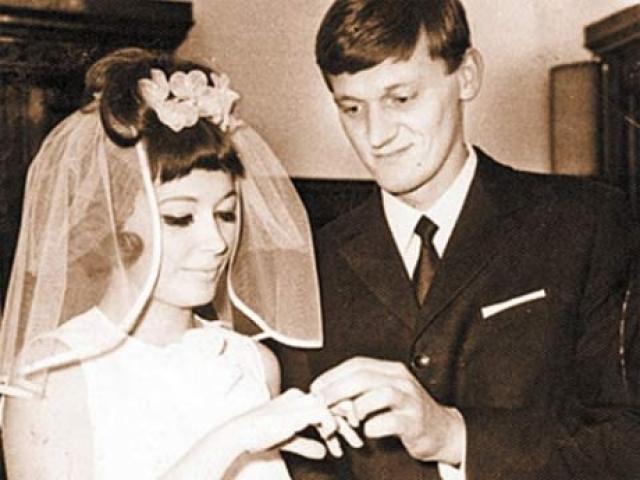 Алла Пугачева (4 брака). Первым мужем Аллы Пугачевой в 1969 году стал Миколас Эдмундас Орбакас , в браке с которым родилась единственная дочь Примадонны Кристина Орбакайте. Певица встретила другого мужчину, и супруги вскоре развелись.