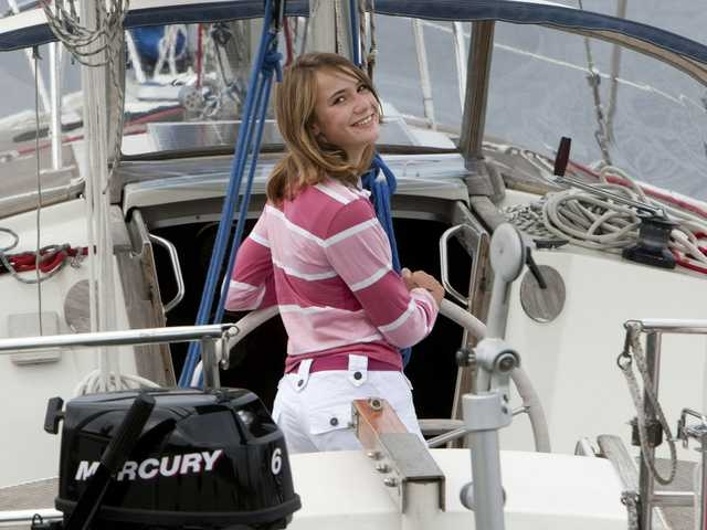 21 января 2012 года завершилось одиночное кругосветное плавание 16-летней голландской яхтсменки Лоры Деккер . Она стала самой молодой яхтсменкой, совершившей кругосветное путешествие в одиночку.