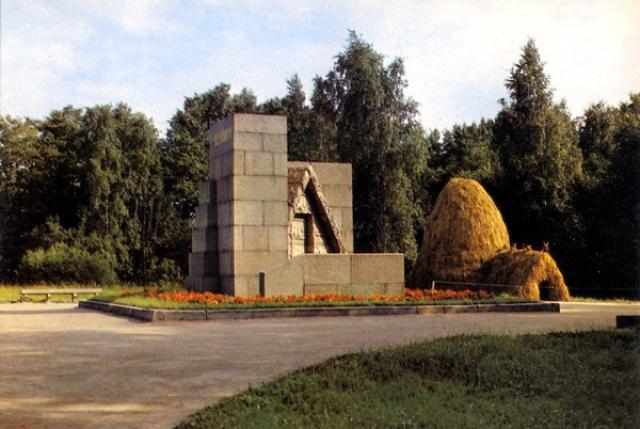 """Позже рабочие высказали пожелание увековечить это место, вошедшее в историю как """"Последнее подполье Ильича"""". В день десятилетия Октябрьской революции, в 1927 году, здесь был заложен, а 15 июля 1928 года открыт гранитный памятник-шалаш."""