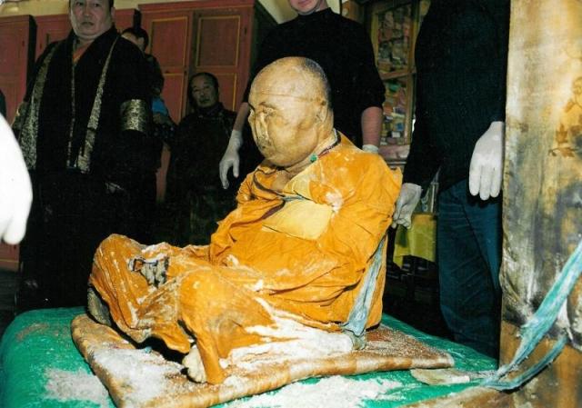 Когда столичные ученые получили для исследования частички его тела, то были вынуждены констатировать, что тело буддийского ламы до сих пор живо. .. Это явление наука пока объяснить не может. Также нетленным осталось и тело Бернадетты Субиру , о которой мы рассказывали ранее.