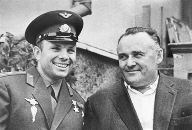 Кстати, кадры переговоров Юрия Гагарина в кабине корабля и главного конструктора Сергея Королева на командном пункте были сняты в более поздний период, поскольку в момент реального старта им было явно не до этого.
