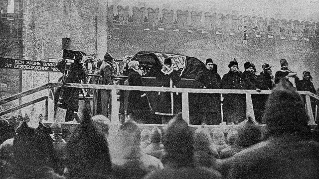"""Большевистские вожди лично посетили церемонию похорон, прочтя посвящённые покойному речи. Наиболее яркими из них оказались выступление Зиновьева и знаменитая """"клятва"""" Сталина."""