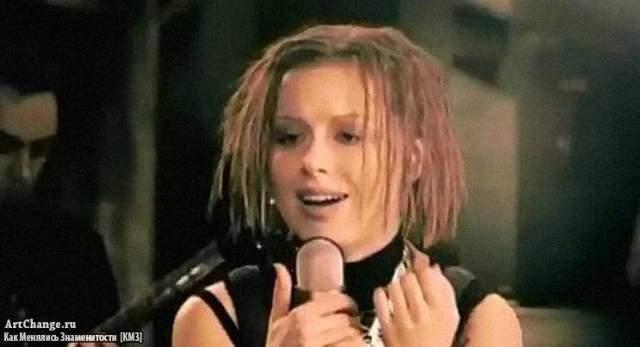 """На """"Фабрике"""" юная певица исполняла такие песни, как """"корабли"""", """"Высоко"""", """"Прости за любовь"""", после чего Савичева и стала очень популярной. Юлию часто называют лучшей воспитанницей продюсера Макса Фадеева."""