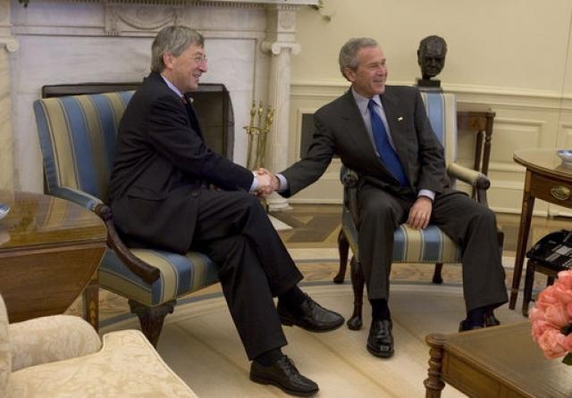 """""""Я хотел сказать, что этому парню палец в рот не клади, но это, наверно, в переводе будет выглядеть не очень. Ничего, если я скажу, что я вам палец в рот не положу?"""" - сказал Буш, обращаясь к премьер-министру Люксембурга Жан-Клоду Юнкеру."""