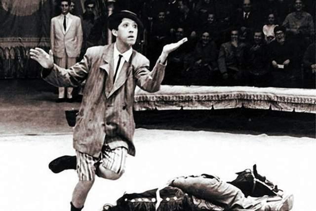"""После демобилизации Никулин поступил в студию клоунады при Московском цирке на Цветном бульваре. Причем в Государственный институт кинематографии его не взяли по причине """"отсутствия актерских способностей""""."""