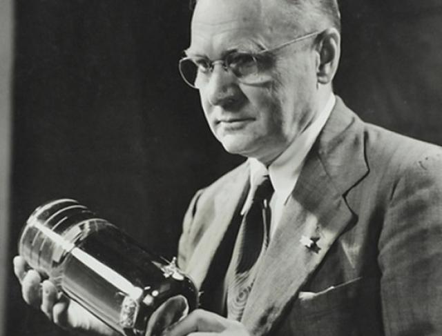 """В 1923 году он подал заявку на телевидение, основанную полностью на электронном принципе, а в 1931 году создал первую в мире передающую электронную трубку с мозаичным фотокатодом, названную """"иконоскопом"""", положившую начало развитию электронного телевидения."""