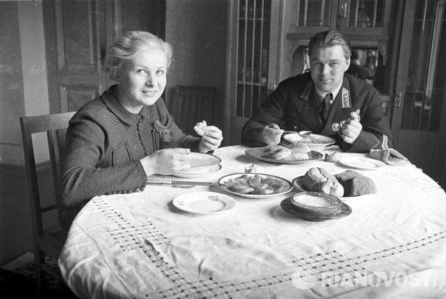 Актриса Валентина Серова долго отвергала ухаживания поэта Константина Симонова , поскольку никак не могла забыть о своем первом муже, Анатолии Серове, который погиб в 1939 году.