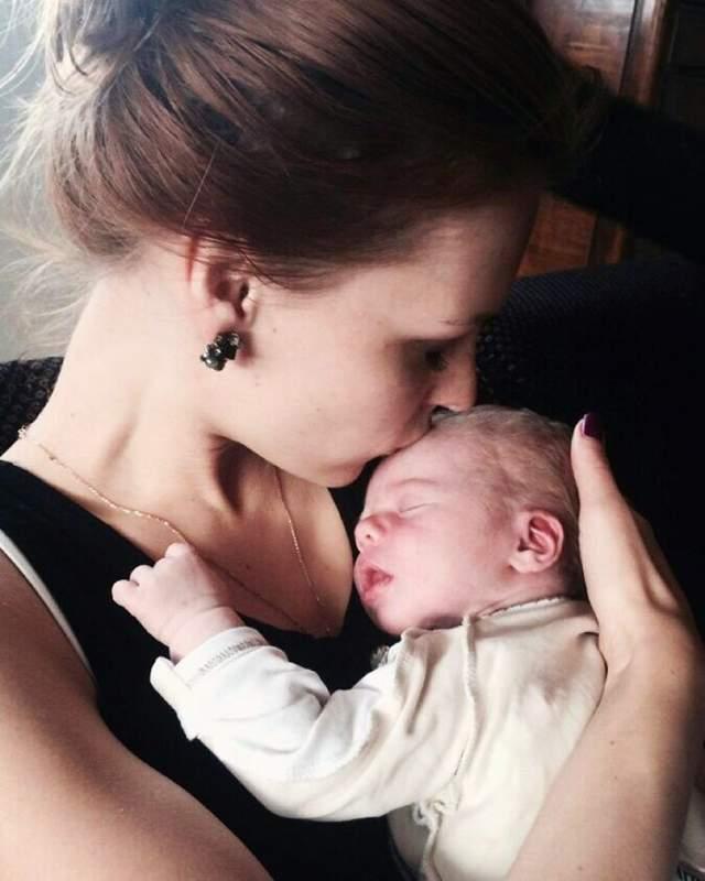 """Мэрилин Керро, июнь. Неоднократная участница """"Битвы экстрасенсов"""" родила первого ребенка, сына. С мужем Марком Хансеном они выбрали имя для мальчика - Кайус-Уильям Хансен."""