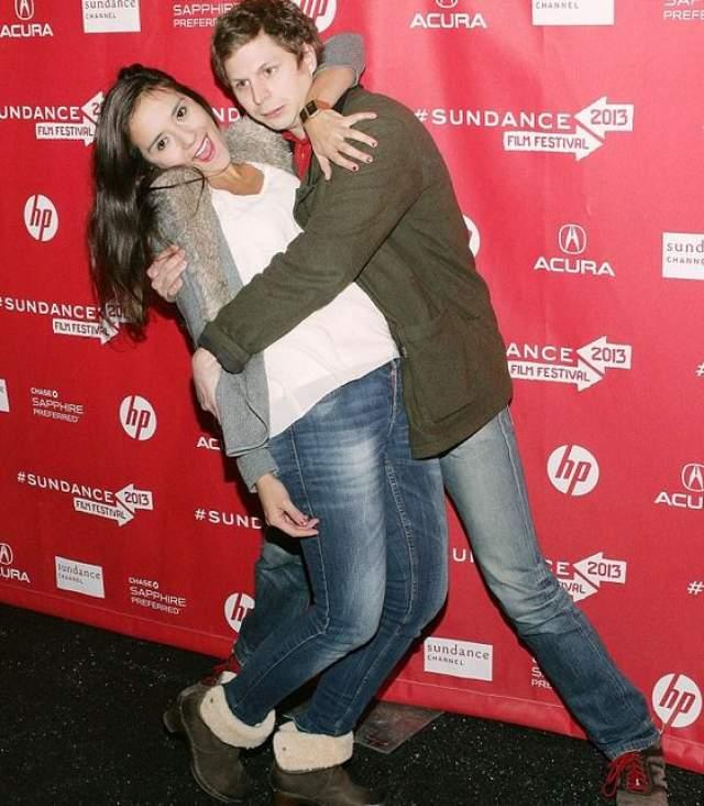 Актер Майкл Сера на кинофестивале Сандэнс-2013 решил подурачиться с Каталиной Сандино.