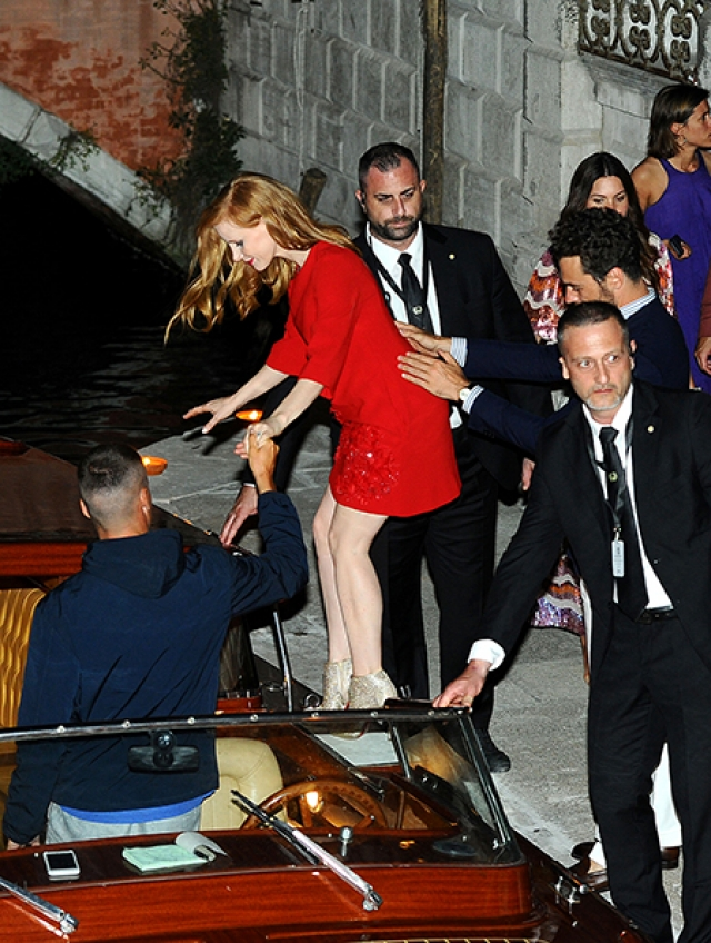 Достоянием общественности стали и фото со свадебной вечеринки которая проходила в Венеции, точнее снимки гостей и пары, покидающих мероприятие.