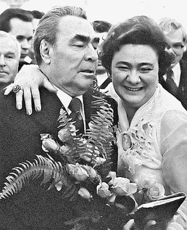 Кстати, такого нельзя было сказать про их дочь Галину, которая была полной противоположностью матери: Галина Брежнева вела шумную и достаточно скандальную жизнь , имела много любовников, проводила время в постоянных вечеринках, много пила и обожала дорогие наряды.