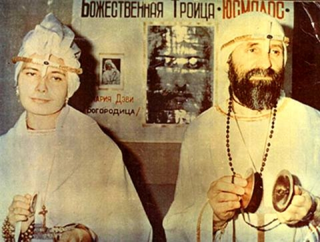 """""""Белое братство"""". Религиозное движение """"Юсмалос"""" было основано в 1990 году ученым кибернетиком Юрием Кривоноговым, который увлекался восточной религией и экстрасенсорикой и журналисткой Мариной Цвигун."""