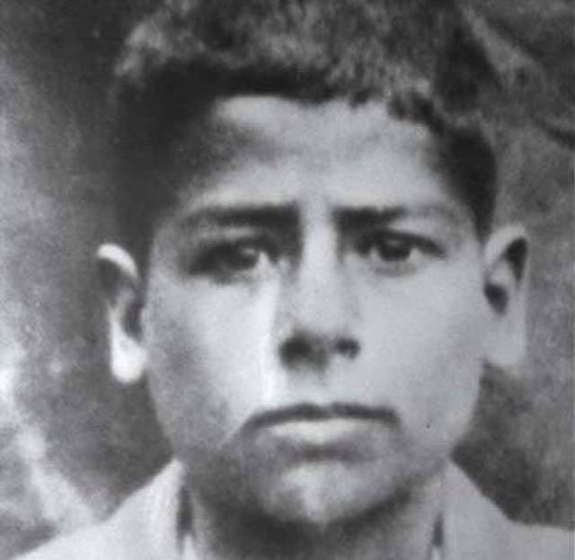 Как и другие восточные мужчины, Саддам отрастил усы, как только появилась такая возможность, а потому в безусом состоянии его можно увидеть лишь в детстве.