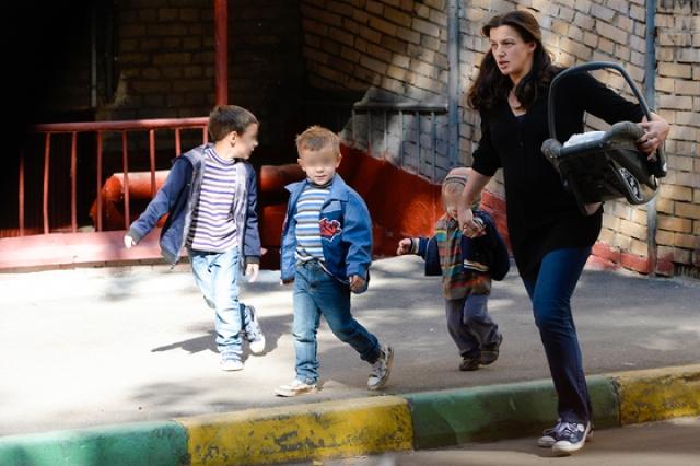 Ирине Леоновой не хватает денег, ей приходится одной воспитывать семерых детишек.