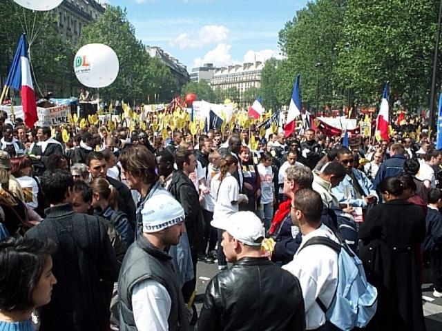 """Сам крендель получил прозвище """"Мистер Солти"""". Во время антиамериканской демонстрации в Париже 26 мая 2002 года участники несли транспаранты с изображением кренделя."""