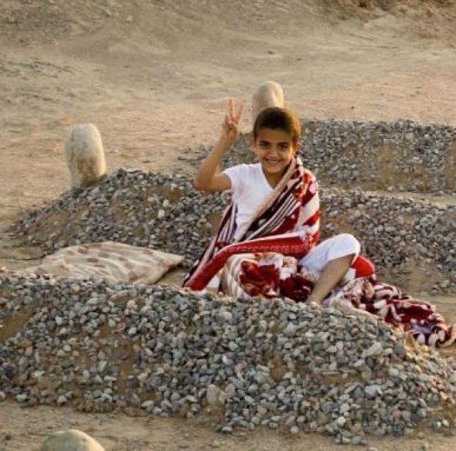 Этой фотографией он хотел показать, что любовь ребенка к своим родителям вечна, и даже смерть не может стать ей преградой. По словам самого автора, это фото не имеет абсолютно никакого отношения к гуманитарному кризису в Сирии.