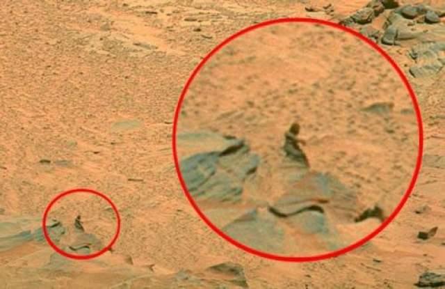 Окаменевший человек на Марсе Это фото было сделано марсоходом Spirit в 2007 году. Кому-то отчетливо видится женская фигура. Уфологи же утверждают, что марсиане обладают уникальной технологией, которая позволяет превращать вражеские корабли и живых существ в камень.