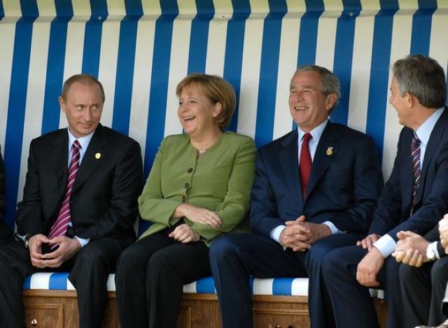 Особенно Буш запомнился своим экстравагантным поведением в России на саммите G8 в Санкт-Петербурге.