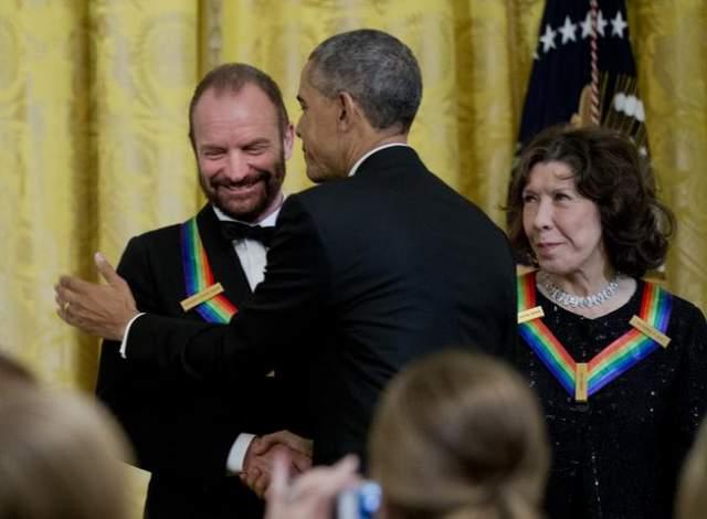Стинг и Барак Обама. Это в 2014 году предыдущий президент Штатов вручил премию музыканту в Кеннеди-центре.