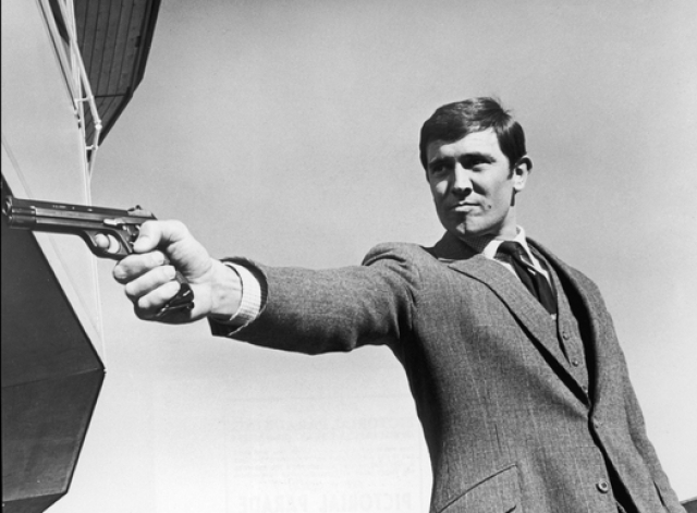 """В 1969 году выходит """"На секретной службе Ее Величества"""" (On Her Majesty's Secret Service). Джеймс Бонд впервые меняет лицо: им стал австралийский красавчик Джордж Лэзенби ."""