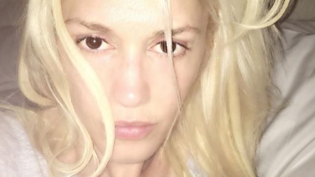 Певица и дизайнер Гвен Стефани показала, что и платиновые блондинки могут быть вполне хороши без макияжа.