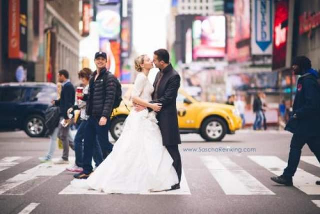 """Звезда сериала """"Клиника"""" Зак Брафф, идя по Таймс-сквер, попал в объектив свадебного фотографа и решил не упускать возможность сделать фотобомбу."""