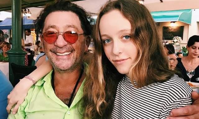 Ева Лепс Младшая дочь Григория - Ева родилась от второй жены певца - танцовщицы Анны Шаплыковой. Девочка учится в старших классах и собирается поступать на факультет международной журналистики в МГИМО.