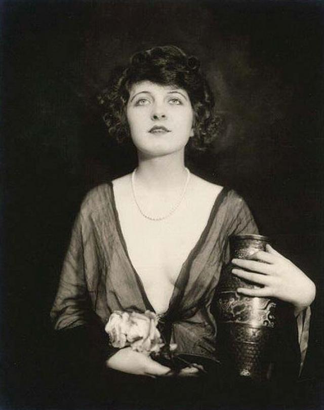 """В ноябре 1923 года во время съемок фильма """"The Warrens of Virginia"""" Мэнсфилд сидела в машине, когда прохожий, зажегший сигарету, неосторожно бросил спичку в салон."""