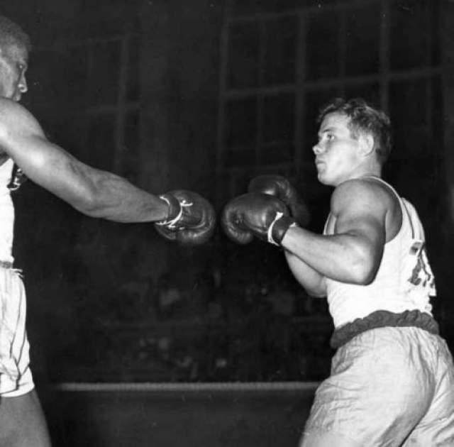 Эд Сандерс - США, скончался 12 декабря 1954 года в возрасте 24 лет Еще один олимпийский чемпион, ставший первым в истории чернокожим золотым медалистом Олимпийских игр в тяжелом весе. В 1952 году на Олимпиаде в Хельсинки Сандерс досрочно победил всех своих соперников. именно Эд Сандерс прославился участием в знаменитый истории, где швед Ингемар Юханссон откровенно избегал боя с ним, за что и был дисквалифицирован во 2-м раунде с лишением права считаться серебряным медалистом.