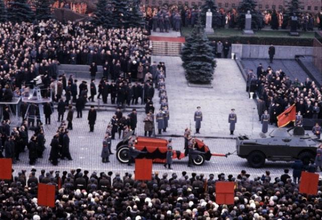 Похороны генсека в 1982 году были самыми помпезными со времен сталинских, на них присутствовало огромное число гостей, в том числе международных. В траурном мероприятии на Красной площади участвовали высшие чины коммунистической партии и государства.