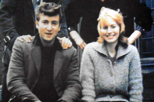 Джон Леннон Первый раз Джон Леннон женился в 1962 году на своей однокурснице Синти Пауэлл. В апреле 1963 года у них роился сын Джулиан. Но брак изначально не был крепким из-за постоянных гастролей Джона и из-за свалившейся на него популярности. Развод был оформлен в 1967 году.
