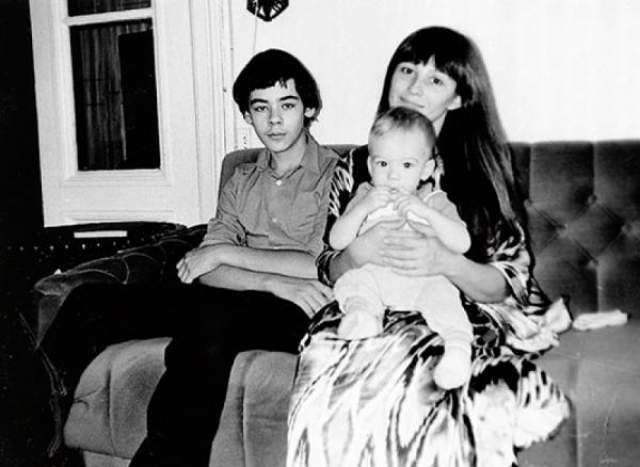У актрисы два сына. Старший - Василий (слева) - рожден во втором браке с коллегой по цеху Владимиром Тихоновым, сыном Нонны Мордюковой и Вячеслава Тихонова.