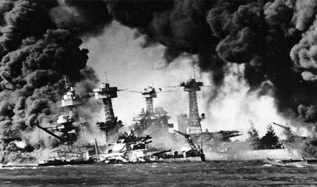 Японцы совершили нападение на Перл-Харбор, когда в порту не было ни одного американского авианосца 77 лет назад японцы атаковали Перл-Харбор. При налете погибли 3581 военнослужащий и 103 мирных жителя. Американцы ждали нападения, но единственное, что сделали, - вывели с базы авианосцы.