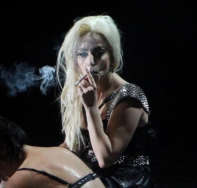 А вот певица Леди Гага во время концерта в Амстердаме затянулась марихуаной.