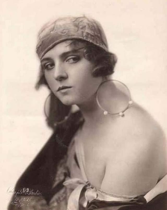 """Олив Томас, 1894-1920. Художница, а после танцовщица получила свою первую роль в кино в 1916 году. До этого она жила в провинциальном городке Пенсильвании, где зарабатывала на жизнь себе и младшим братьям съемками """"обнаженки"""" у местного фотографа. В 17 она выскочила замуж, но не получила той жизни, которую желала."""