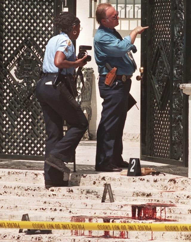 Предположение, что Версаче был знаком со своим убийцей, так и осталось предположением. В ходе детального расследования полиции не удалось отыскать достоверного подтверждения этому факту.