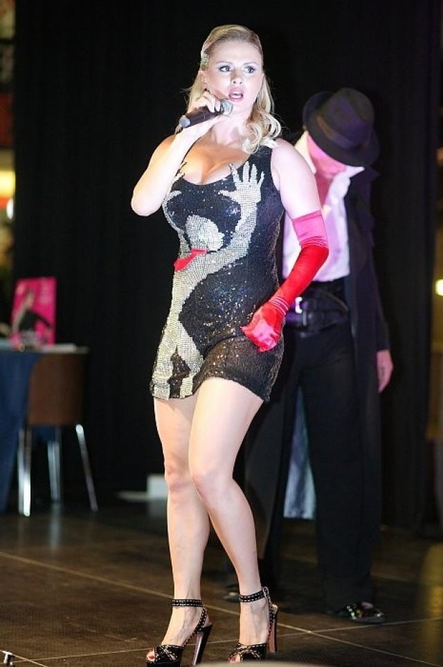 Анна Семенович , видимо, всячески старается обратить внимание на свой бюст, не задумываясь о стиле.