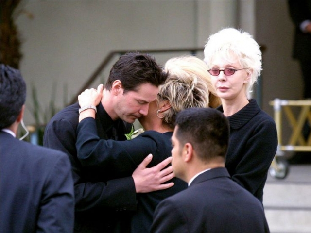 Ава Арчер Сайм-Ривз появилась на свет мертвой. Вскоре Дженнифер Сайм погибла в автокатастрофе в апреле 2001 года в Лос-Анджелесе. Несмотря на всю известность Киану Ривза, он часто появляется на улицах грустным и в полном одиночестве .