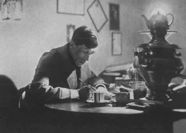 """Поэт был арестован 3 февраля 1938 года по обвинению в вымышленной """"антисоветской право-троцкистской террористической писательской организации"""". 21 сентября того же года на выездной сессии приговорен к расстрелу, в тот же день казнен."""
